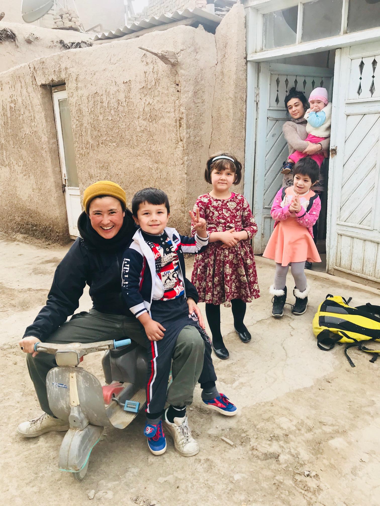ウズベキスタンでやんや、やんや。