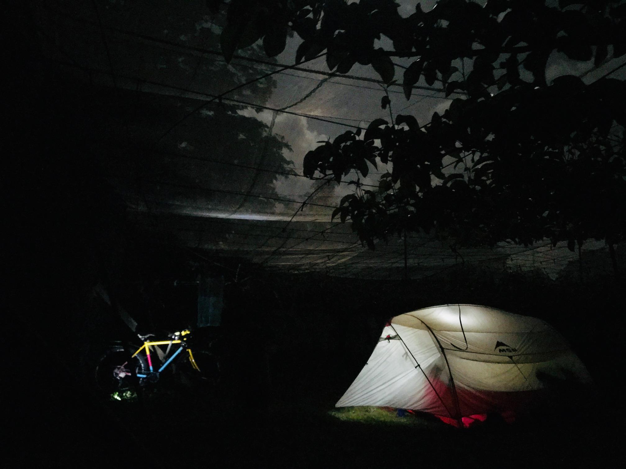 テント場を探せ。